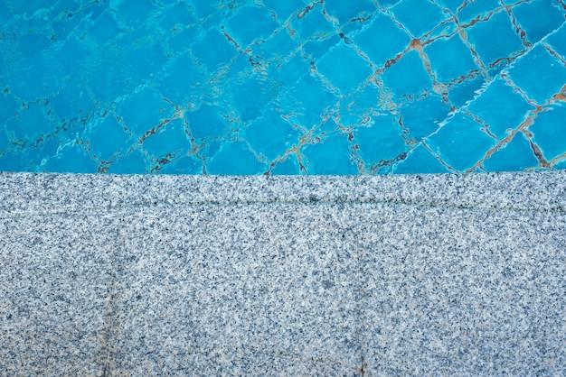 Sol en marbre du fond de la piscine