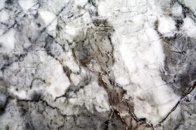 Le sol en marbre et granit nature est blanc, noir et gris.