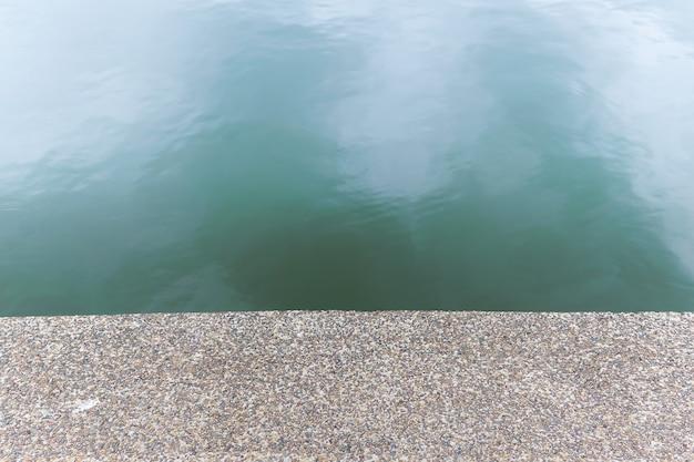 Sol en pierre de galets texturé au bord de la rivière. le spectacle de plancher comme fond transparent.