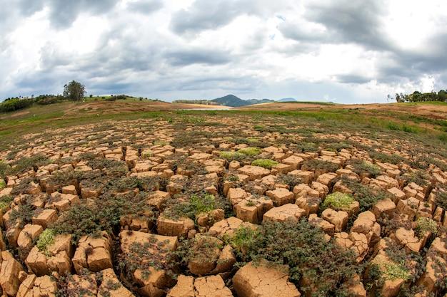 Sol de sécheresse dans le barrage de cantareira au brésil