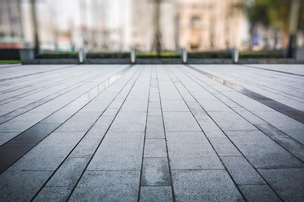 Sol vide avec immeuble d'affaires moderne