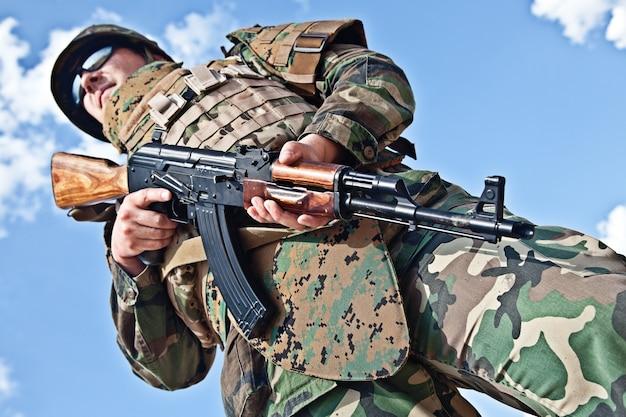 Soldat avec ak-47