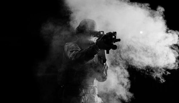 Un Soldat Américain Dans Des Munitions De Combat Avec Une Arme Entre Les Mains De Viseurs Laser équipés Est En Ordre De Bataille. Technique Mixte Photo Premium