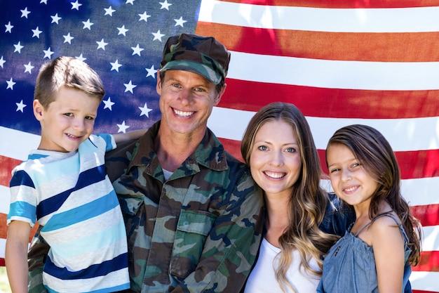 Soldat américain réuni avec sa famille