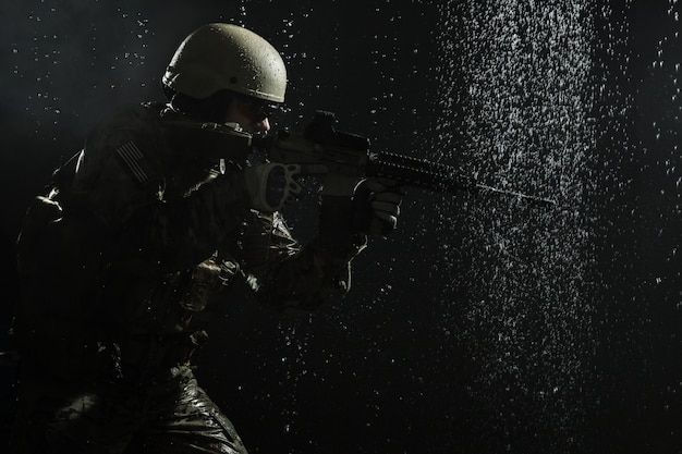 Soldat de l'armée américaine sous la pluie
