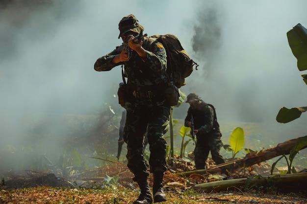 Soldat de l'armée en uniforme de combat avec mitrailleuse.