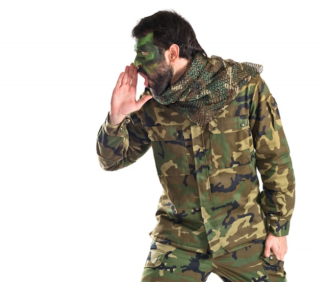 Soldat criant sur fond blanc