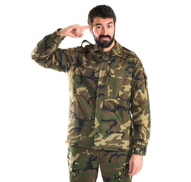Soldat faisant un geste fou