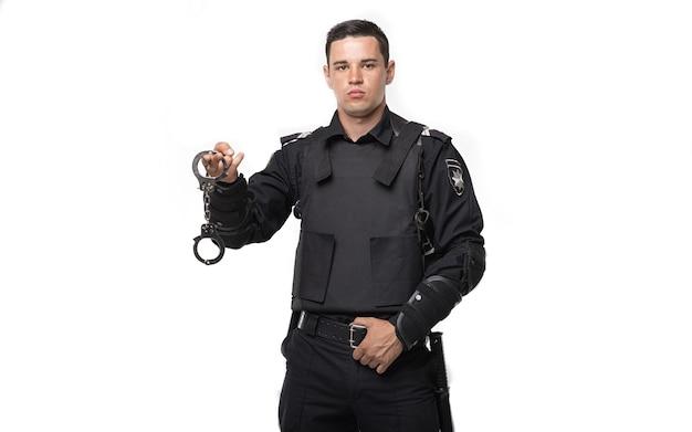 Soldat de la force spéciale tient des menottes