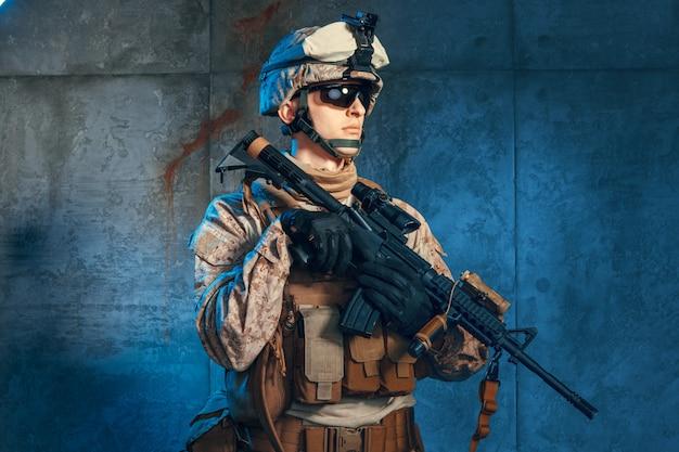 Soldat des forces spéciales des états-unis ou entrepreneur militaire privé tenant un fusil
