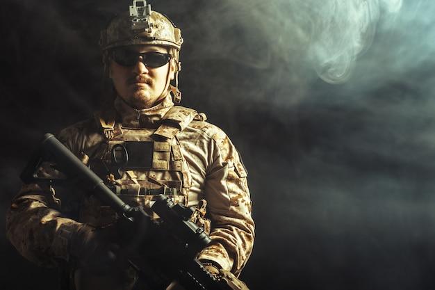 Soldat des forces spéciales avec fusil sur dark