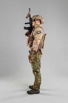 Soldat des forces spéciales avec fusil sur fond blanc.
