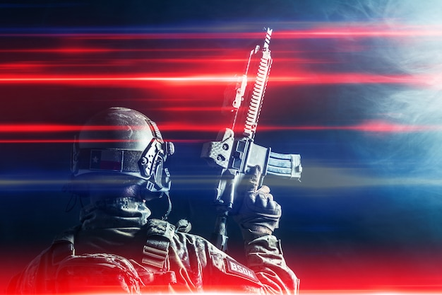 Soldat des forces spéciales avec fusil sur fond sombre
