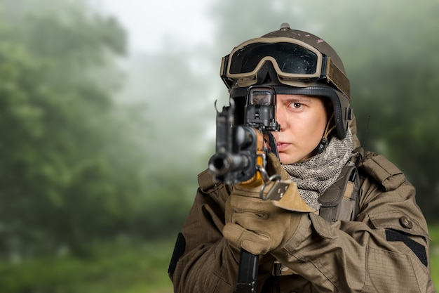 Soldat des forces spéciales avec fusil