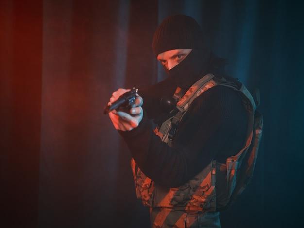 Soldat des forces spéciales avec un pistolet