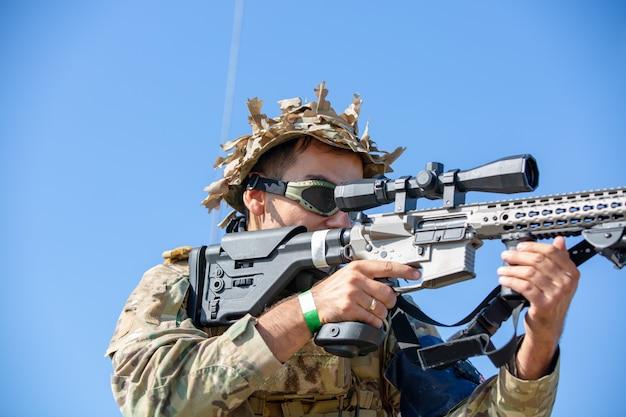 Soldat avec fusil d'assaut avec silencieux