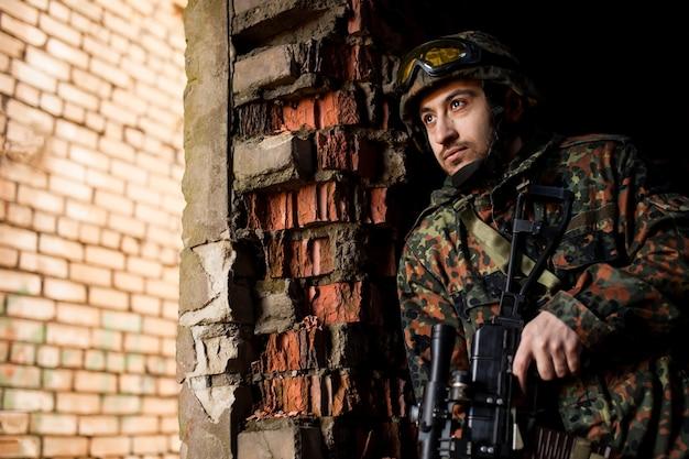 Soldat à la guerre avec des armes
