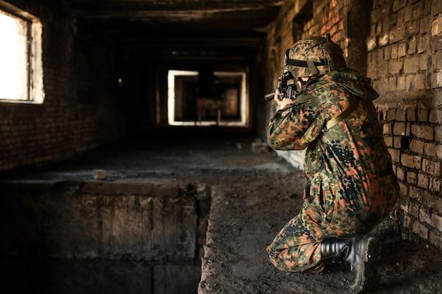 Soldat à la guerre à viser avec des armes