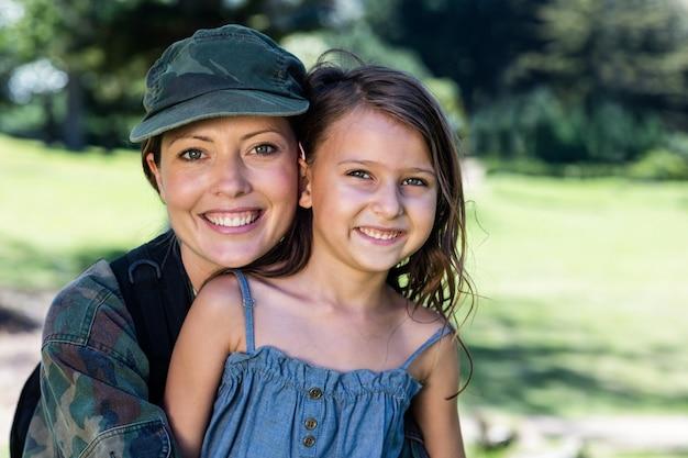 Soldat heureux réuni avec sa fille