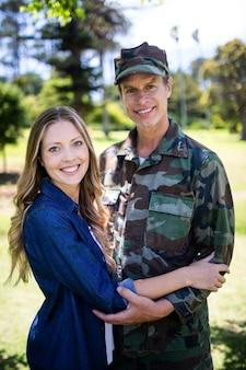 Soldat heureux réuni avec sa partenaire dans le parc