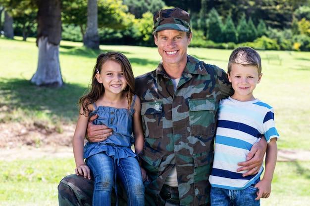 Soldat heureux réuni avec son fils et sa fille