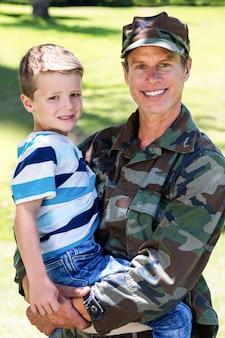 Soldat heureux réuni avec son fils
