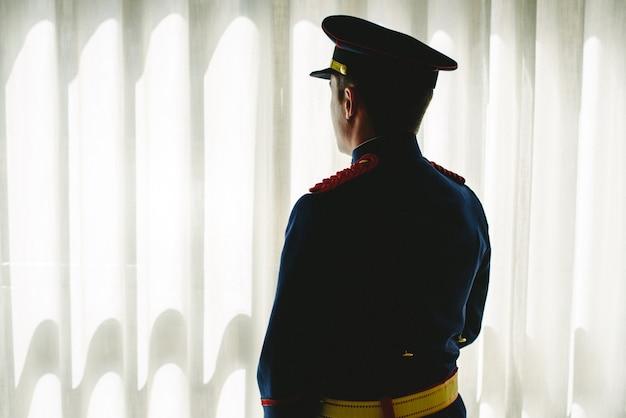 Soldat militaire portant son uniforme