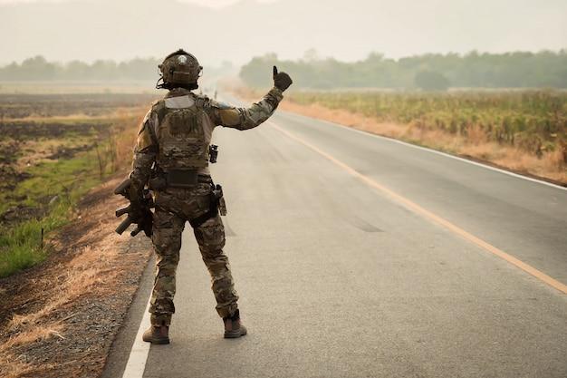 Soldat avec mitrailleuse patrouillant