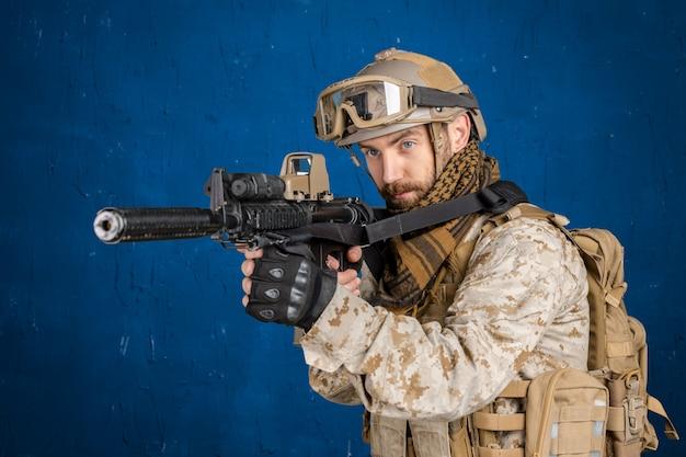 Soldat moderne avec fusil