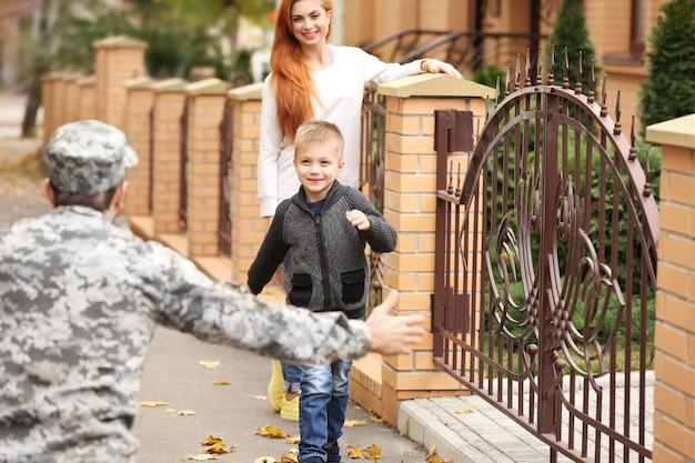 Soldat réuni avec sa famille par une journée ensoleillée