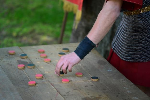 Soldat romain jouant à un jeu
