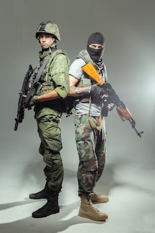 Soldat russe combattant un terroriste