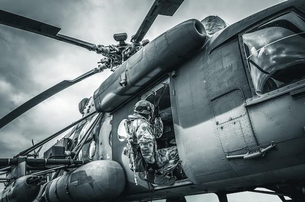 Soldat se prépare à sauter d'un hélicoptère. le concept de jeux informatiques. technique mixte