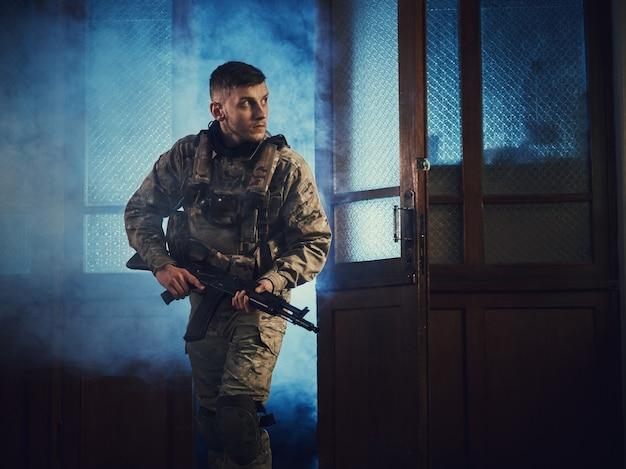 Soldat (soldat des forces spéciales) traverse la porte
