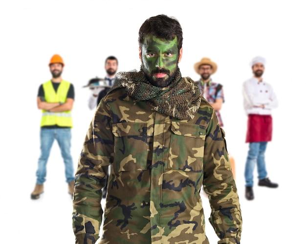 Soldat avec son visage peint