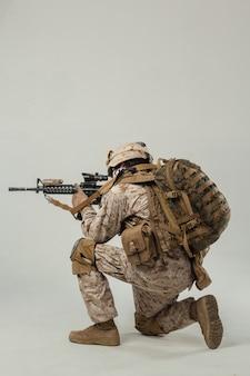 Soldat en tenue de camouflage fusil