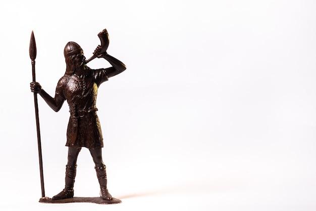 Soldat viking jouet vintage marron isolé sur fond blanc.