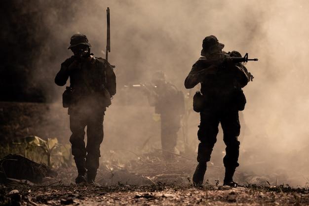 Soldats d'action silhouette