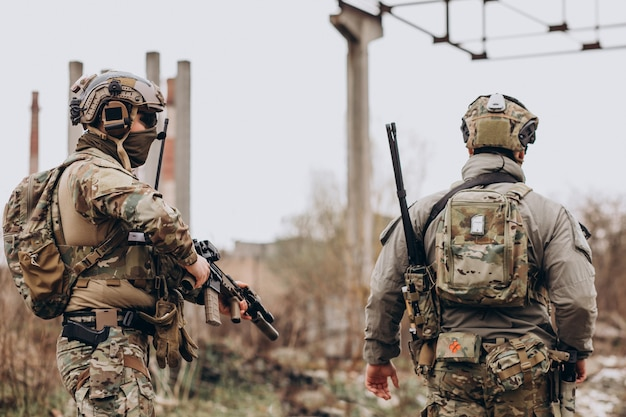 Les soldats de l'armée combattent avec des armes et défendent leur pays