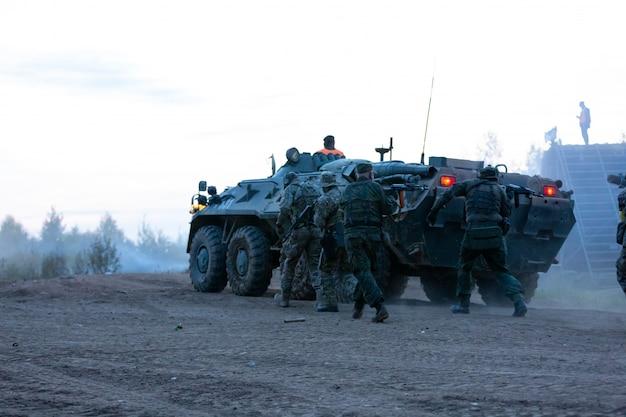 Des soldats de l'armée pendant l'opération militaire. concept de guerre, armée, technologie et personnes