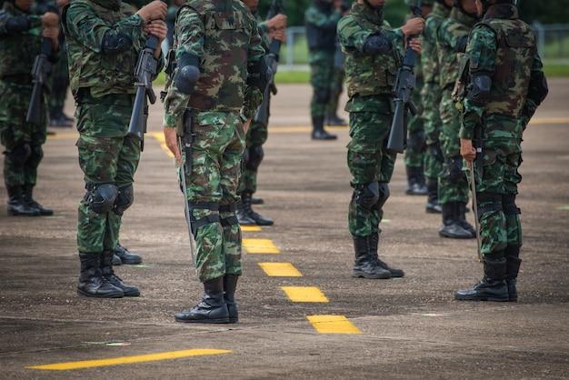 Soldats dans l'armée défilé