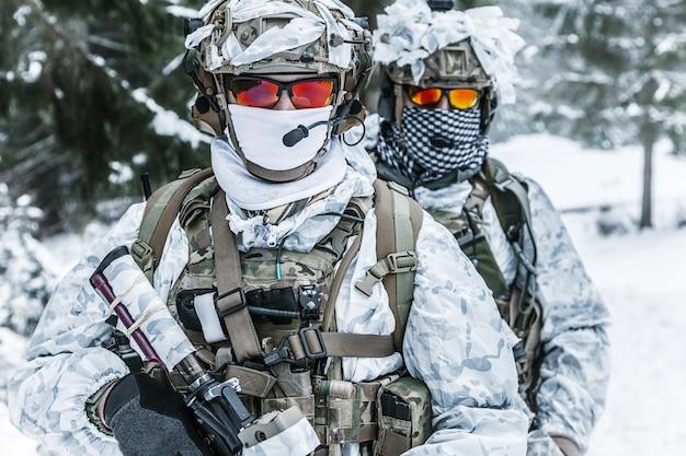 Soldats en forêt d'hiver