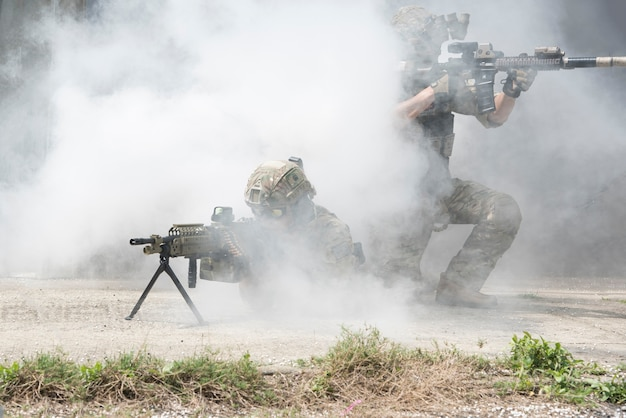Soldats avec de la fumée sur un fond d'écran