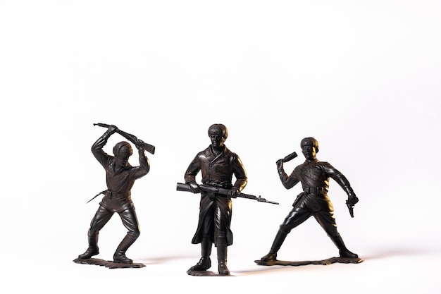 Soldats noirs jouets vintage isolés sur fond blanc.