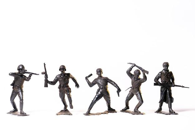 Soldats noirs jouets vintage isolés sur une surface blanche