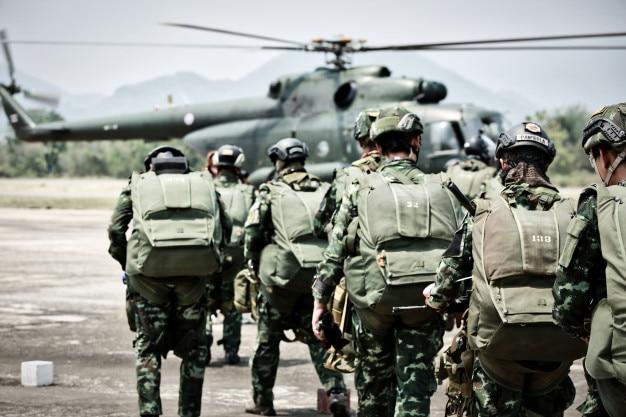 Les soldats de parachutistes, les forces spéciales parachutistes l'opération militaire se tournant pour combattre h