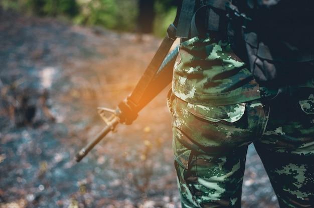 Les soldats sont dans la zone frontalière. armé d'une paire de fusils pour protéger les frontières