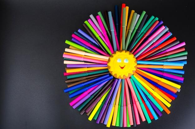 Soleil d'abstraction de marqueurs, concept d'école. photo