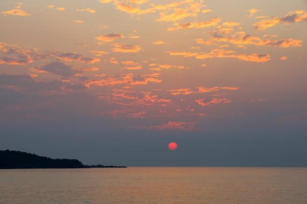 Le soleil avant le coucher du soleil sur la mer en thaïlande