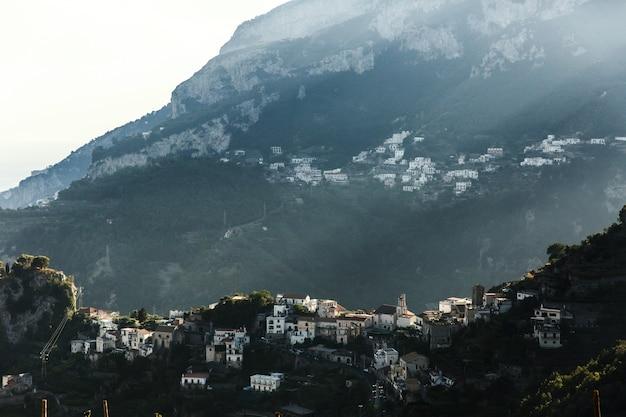 Le soleil brille sur le bâtiment sur les collines des montagnes